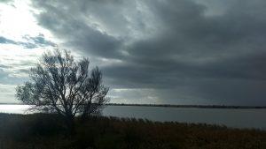 plaatje van grijze wolken bij het gedicht van Auden