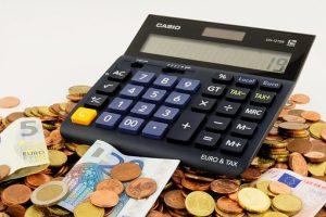 foto van een rekenmachine ter illustratie van het misverstand dat verzekeringen dwingen een bepaalde uitvaartverzorger te kiezen